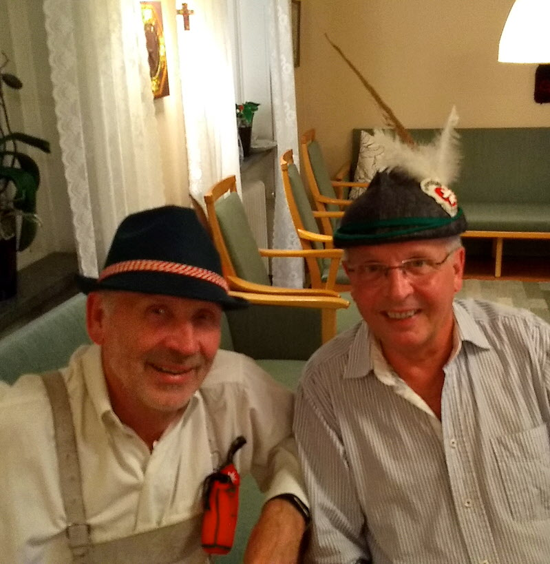 Jonny och Leif visar upp olika stilar på tyrolerhattar.