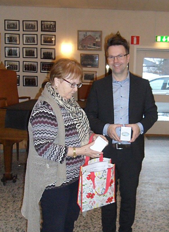 Thomas Neidenmark avtackas av Gunnel Lundin