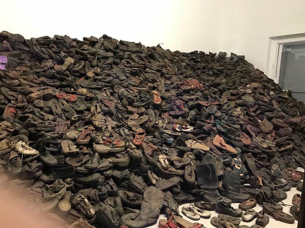 Ett helt rum med skor från en enda dags avrättningar.