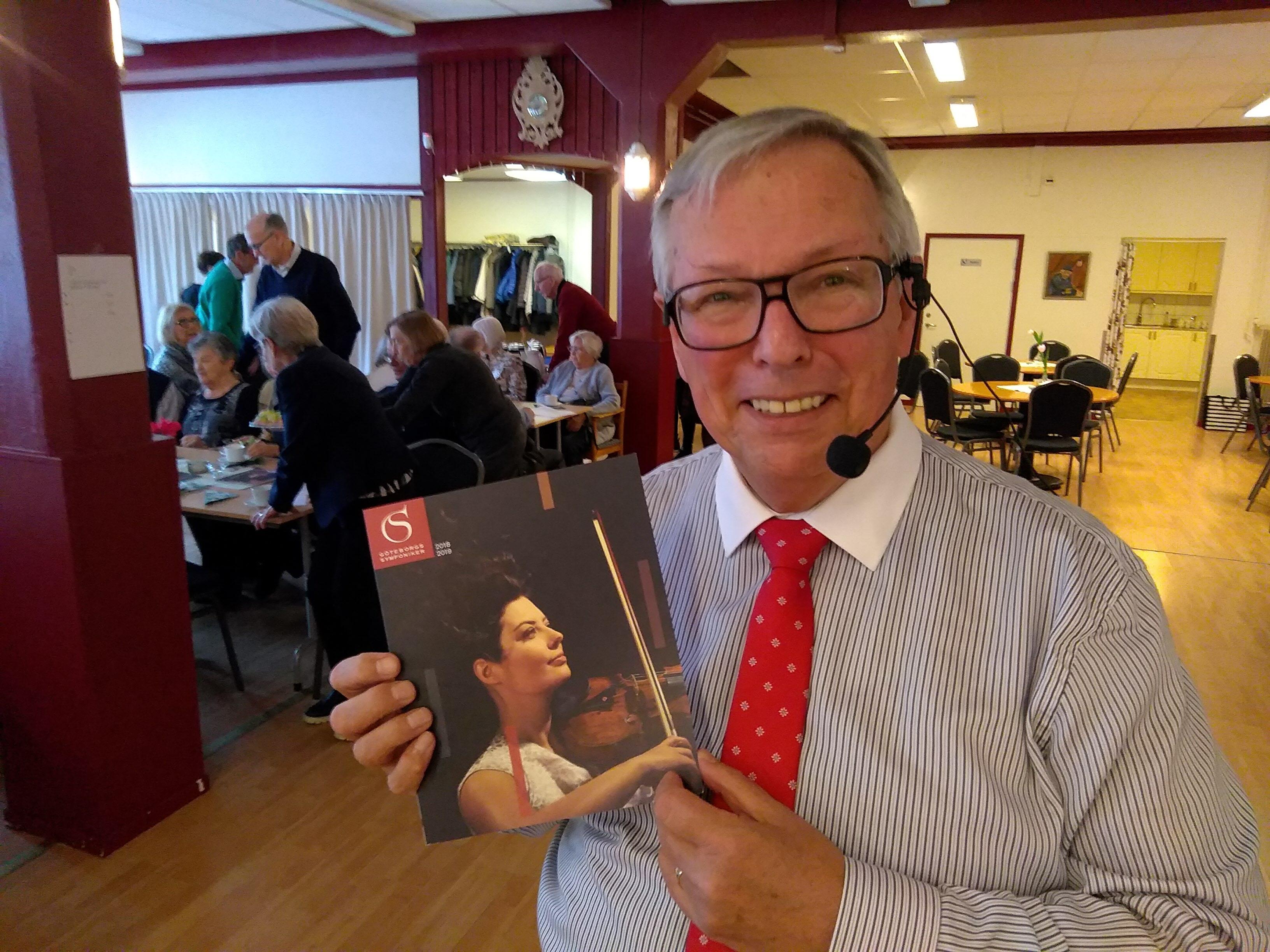 Han delar ut Göteborgs Symfonikers gedigna vårkatalog