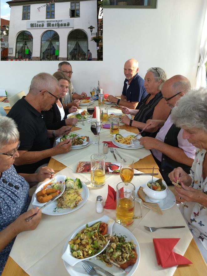 En kväll samlades 9 av 11 SPF:are för gemensam middag på Rathauskeller (infällda bilden) Det blev wienerschnitzel för alla, men olika tillagning.