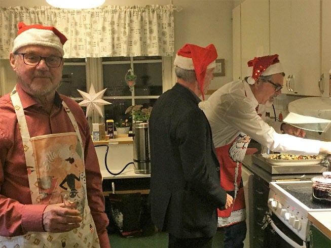 Gubbarna jobbar med det sista i köket.