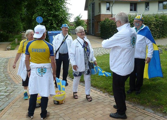 På väg till paraden anslöt Britt-Marie och Göran Dahlberg. Det var konstigt nog bara pensionärer som representerade Laxå.