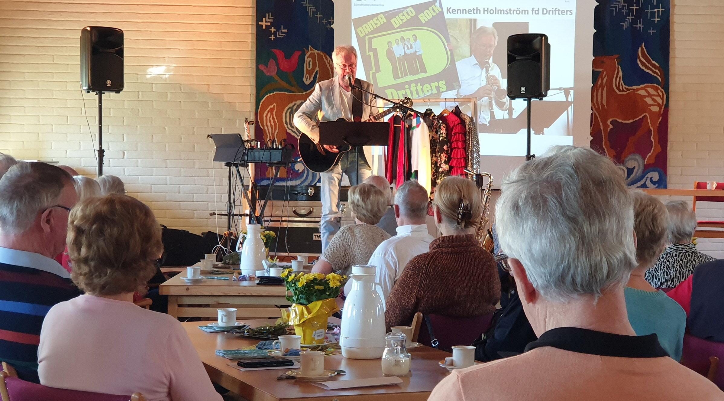Mötet avslutades med härlig 60-talsmusik av Kenneth Holmström, som fick oss att både sjunga med och dansa