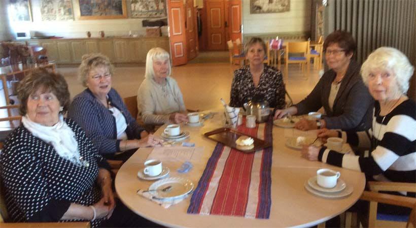 De här SPF-damerna ställer upp vid varje möte och brer smörgåsar och fixar fikat!