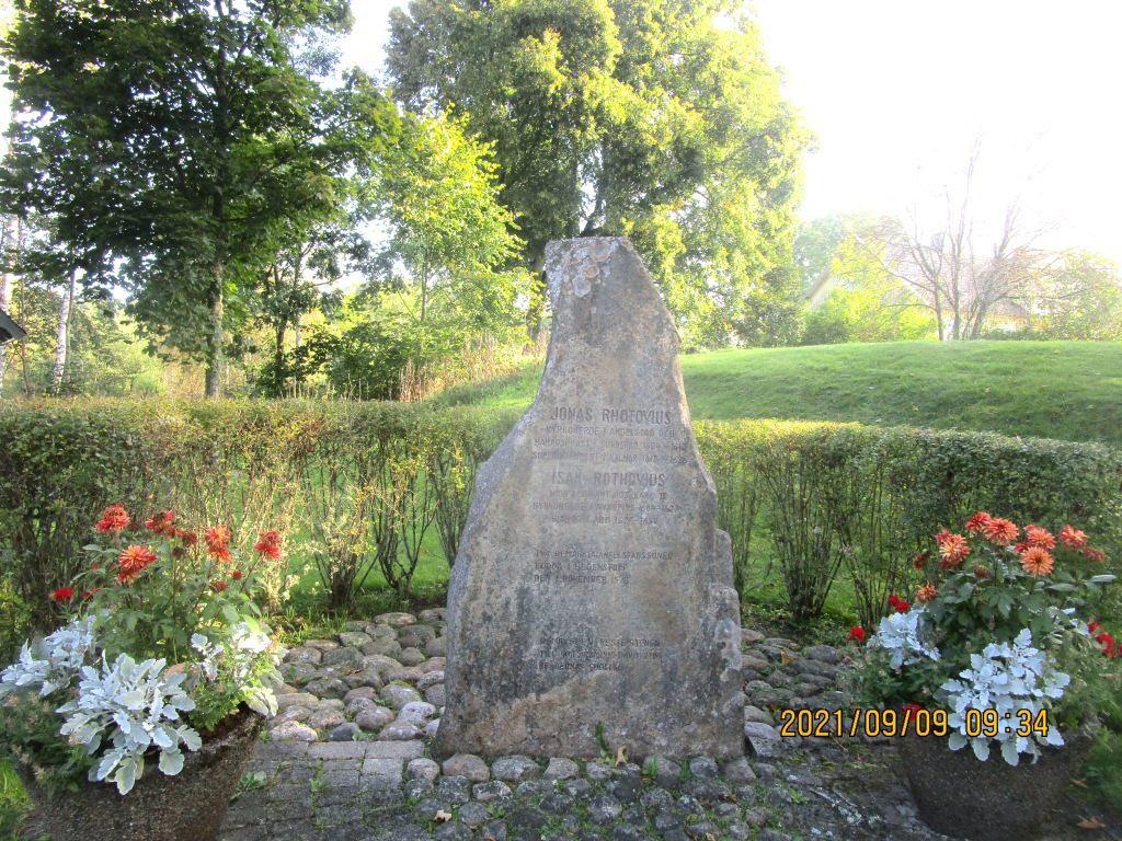En minnessten efter bygdens namnkunniga söner Jonas och Isak Rothovius som på 1600-talet blev biskopar i Åbo och Kalmar.