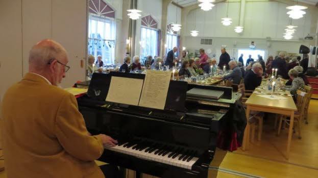 Nils Backer svarade för pianospel