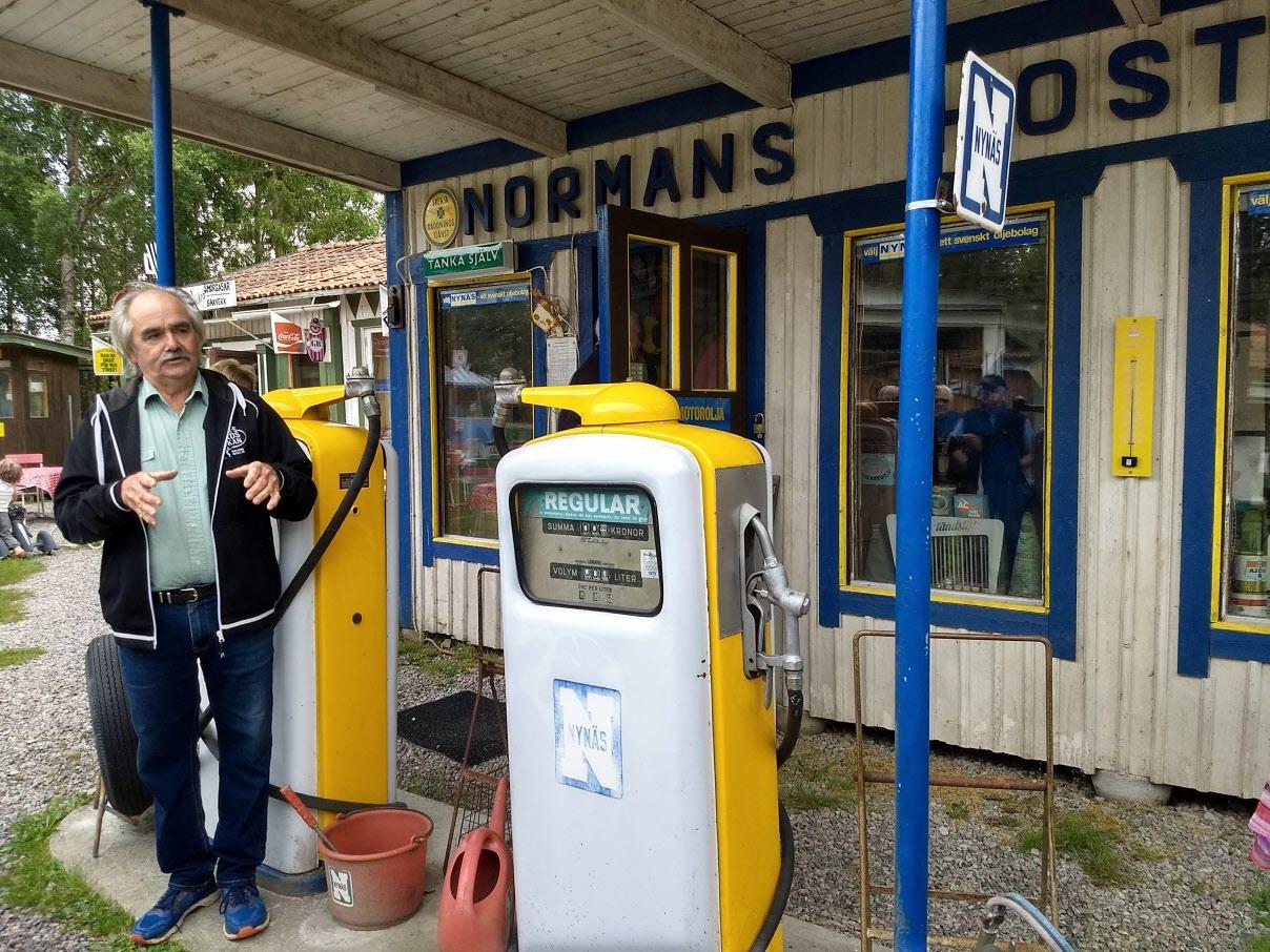 En fullt utrustad Nynäsmack. Bo blandar bensinpriser och anekdoter om hur det var på macken förr. Bl.a. när koncernchefen för Nynäs kom och hälsade på anonymt.