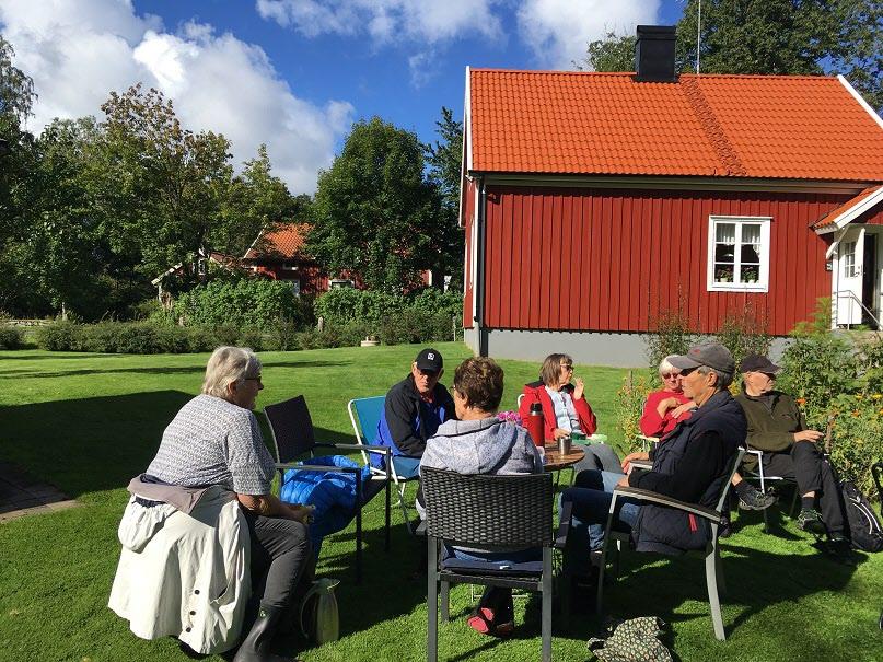 7/9 Septembers första promenad i Önne med fika i Astas och Lars-Olofs vackra trädgård.