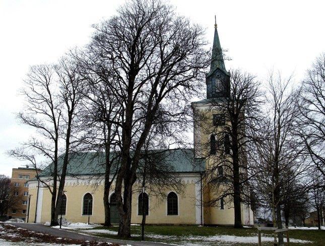 Kyrkan visar oss den rätta vägen ner utefter Storgatan mot hägrande mål!