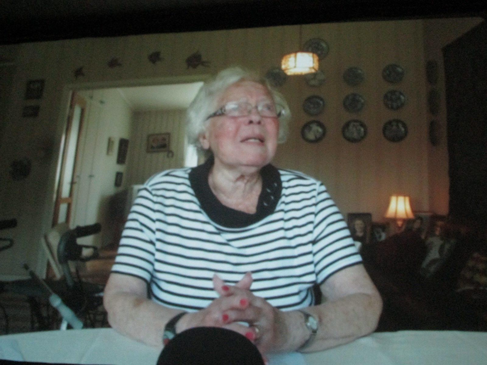 Krokstrands 96-åriga stenhuggardotter, Aslög, berättar på filmen om det oerhörda slit som kvinnorna hade med barn, mat, tvätt och spritande gubbar för att få det hela att gå ihop hemma