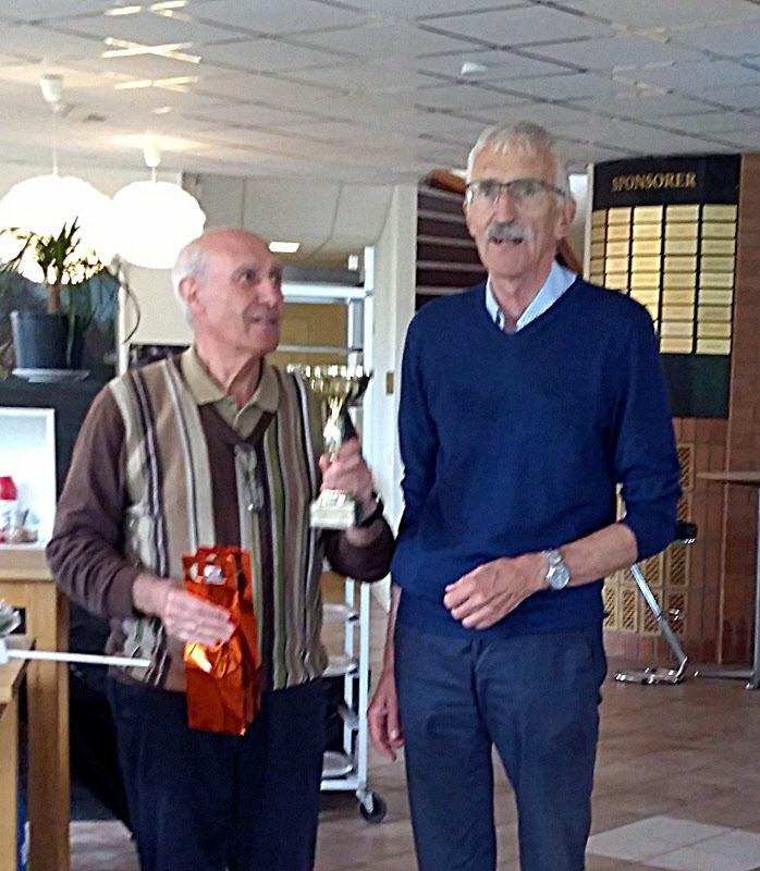 Nils gratulerar Lino till vinsten