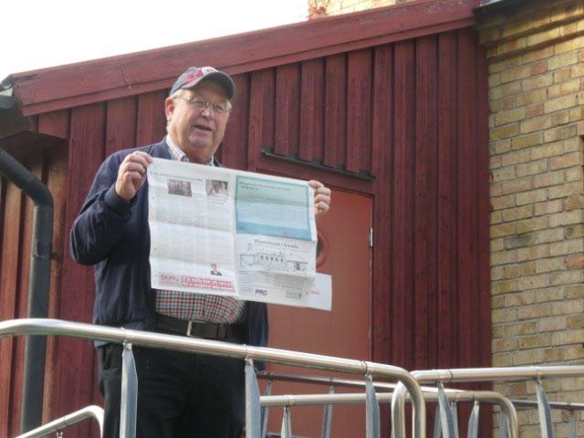 Janne visar stolt upp annons och artikel i DN