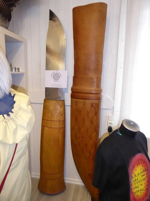 Besök på sameslöjdsgalleriet med världens största slidkniv av ben och läder.