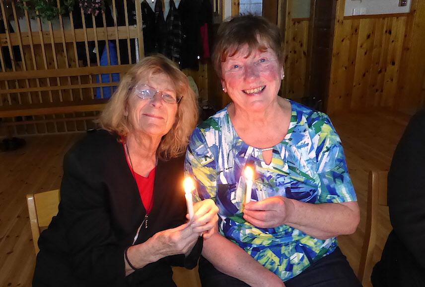 Annika och Inger tände några juleljus