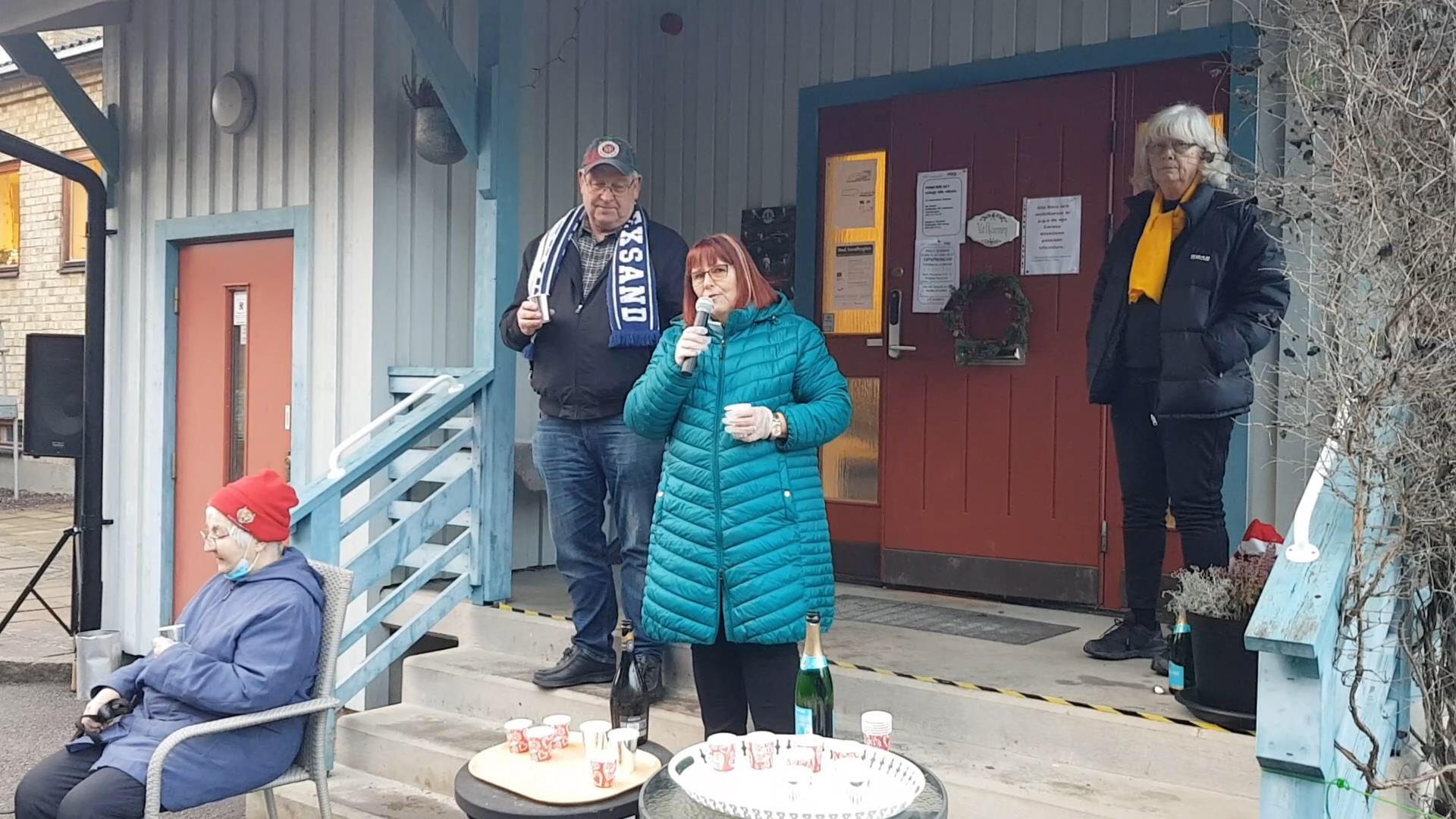Maggan och Janne med Lill i bakgrunden önskar alla ett gott nytt år
