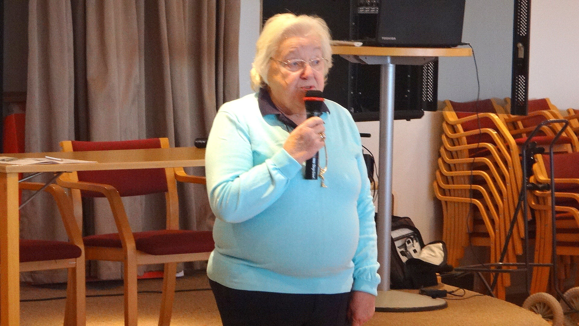 Gudrun informerar om de närmast kommande kurserna, bl. a. Historiegruppen, Vaffö och Askim vår hembygd.