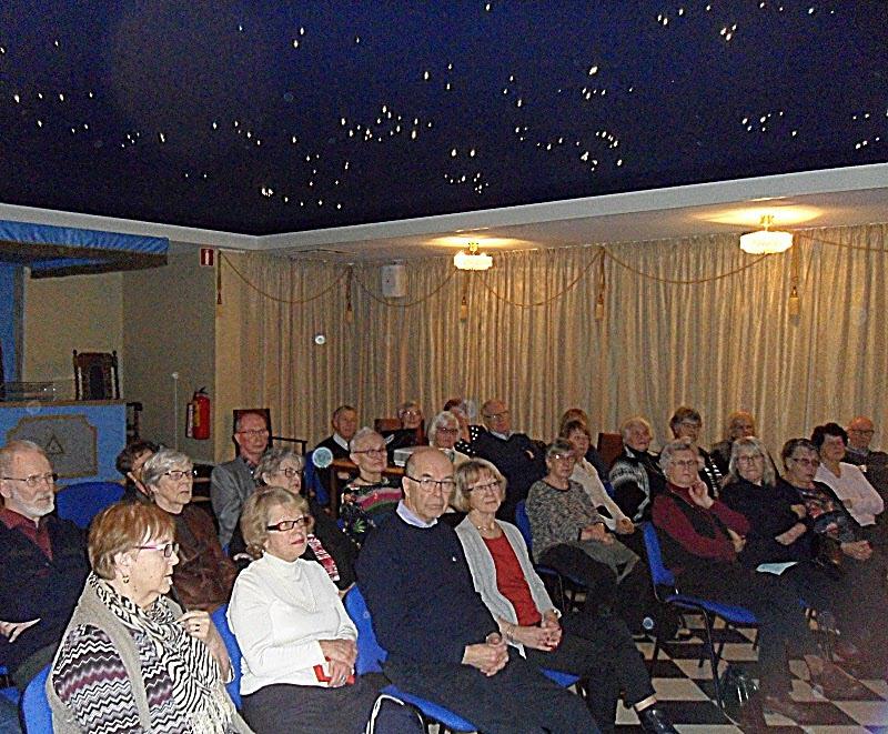 En bild på publik och stjärnhimmel