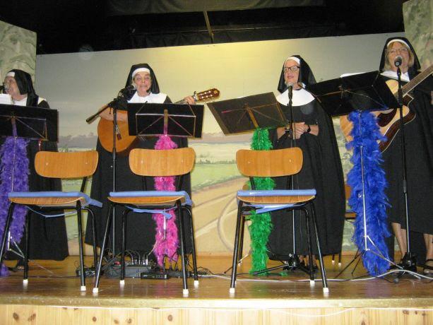 Nunnorna med en man i byrån!