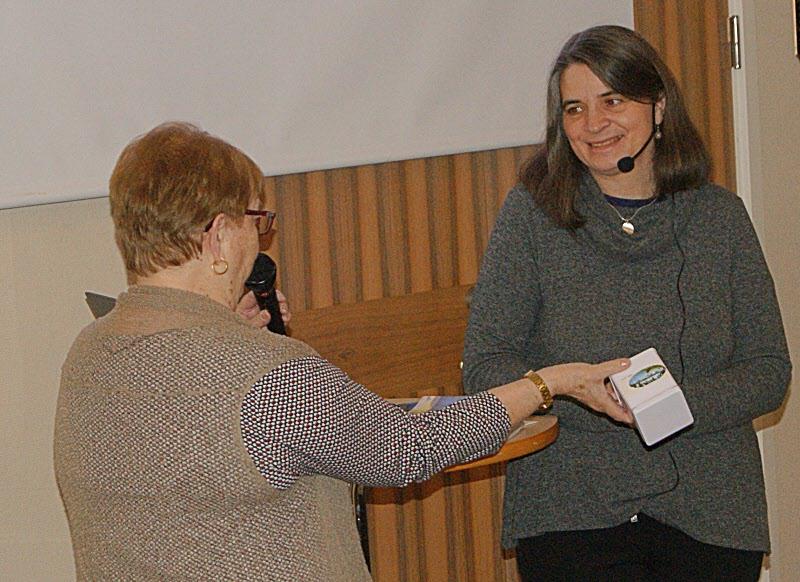 Ingrid Hägermark avtackas efter föredrag om vattenvård