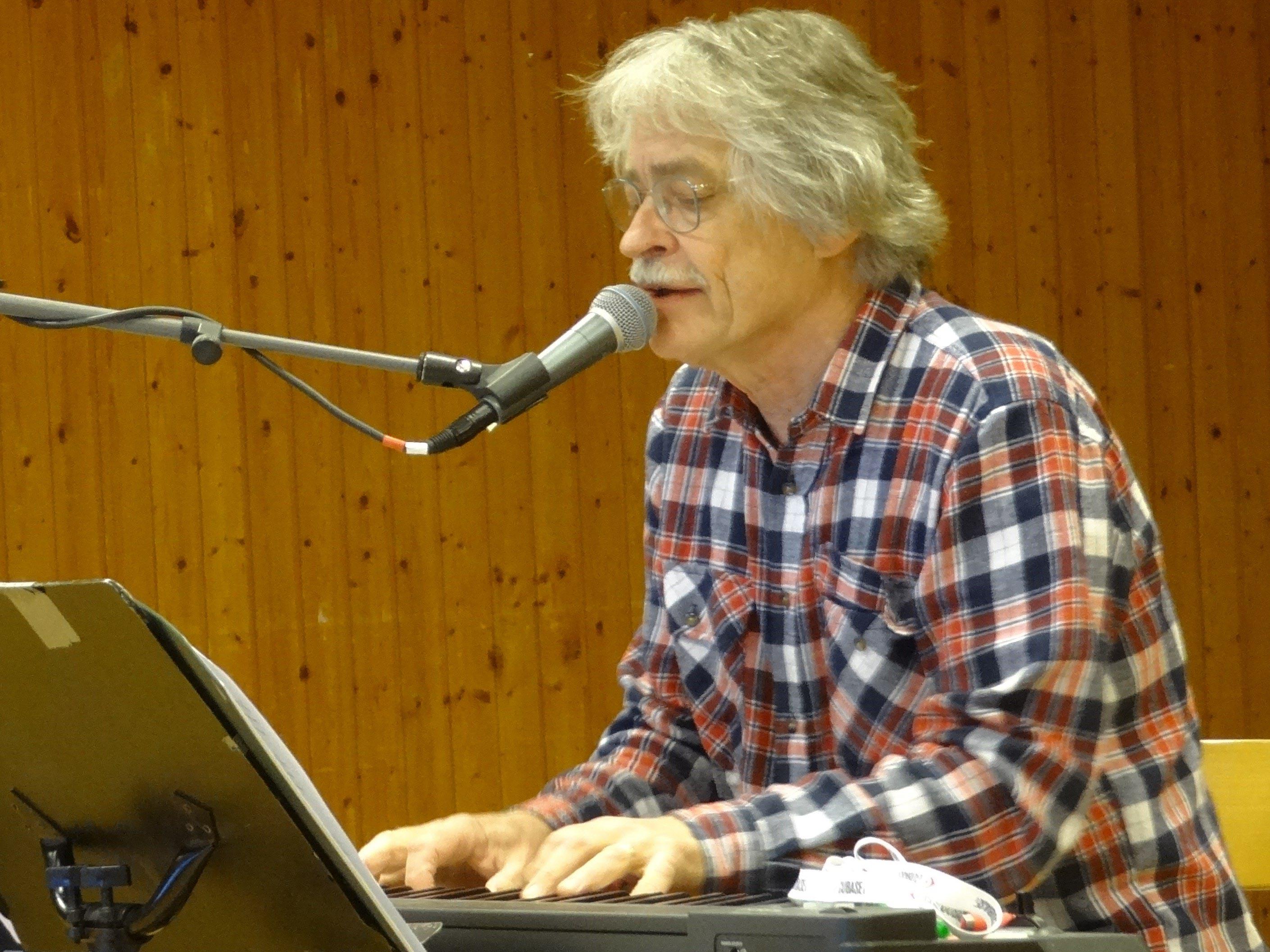 Lasse sjunger och spelar klaviaur