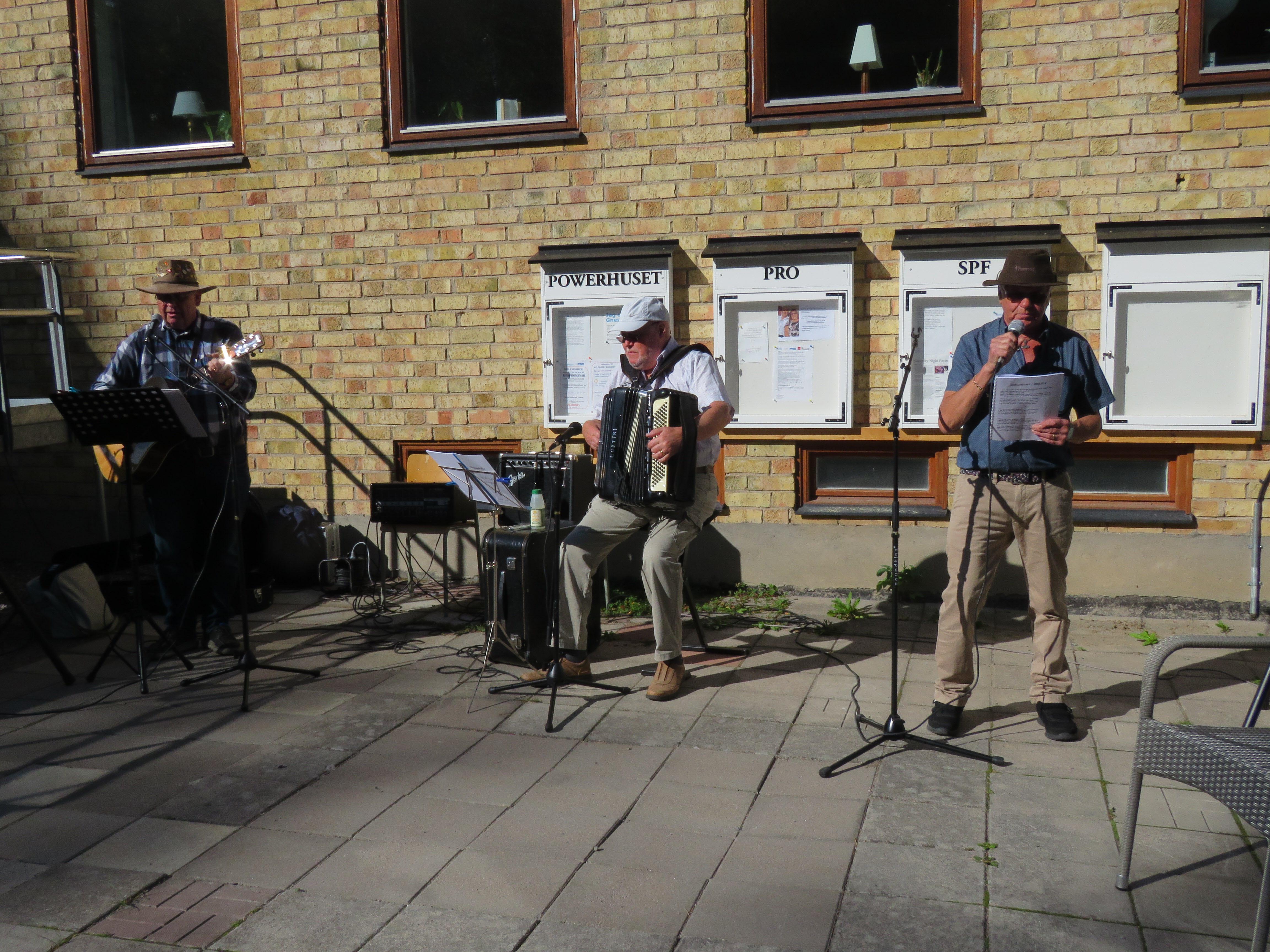 Janne, Billy och LG ledde som vanligt allsången