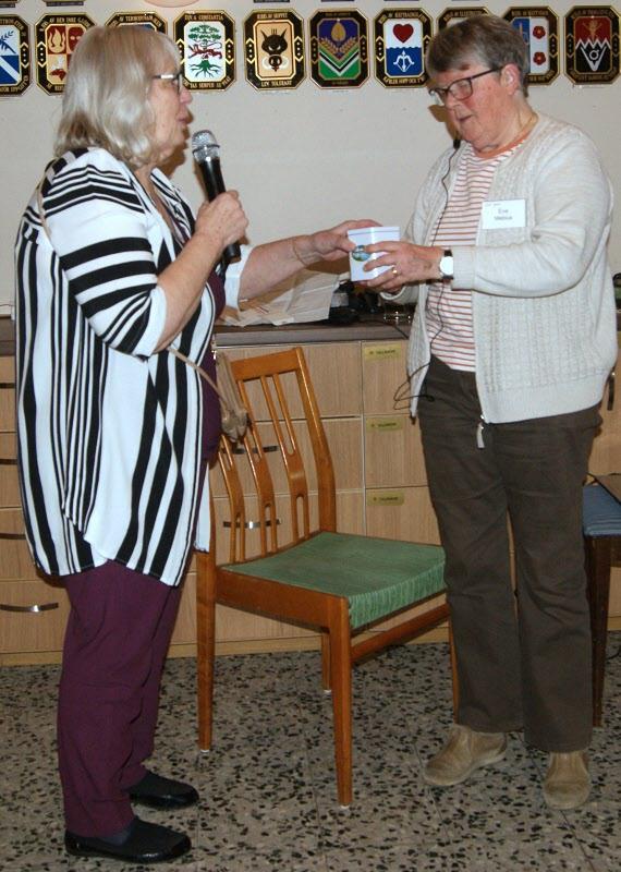 Ulla Elfvendahl tackar Eva Mebius och båda är mycket nöjda med ljudanläggningen