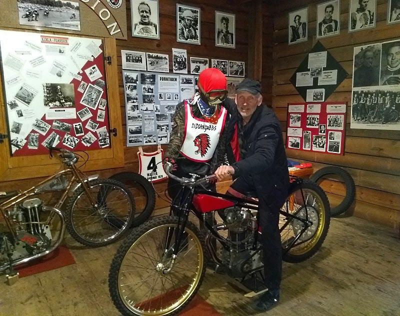 Precis som i Motala måste Jonny prova en motorcykel. Här i hos Indianerna.