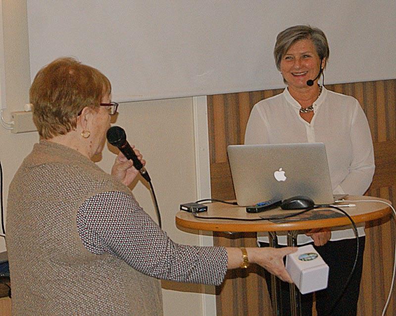 Helen Tronstad avtackas efter föreläsingen om växthuseffekten
