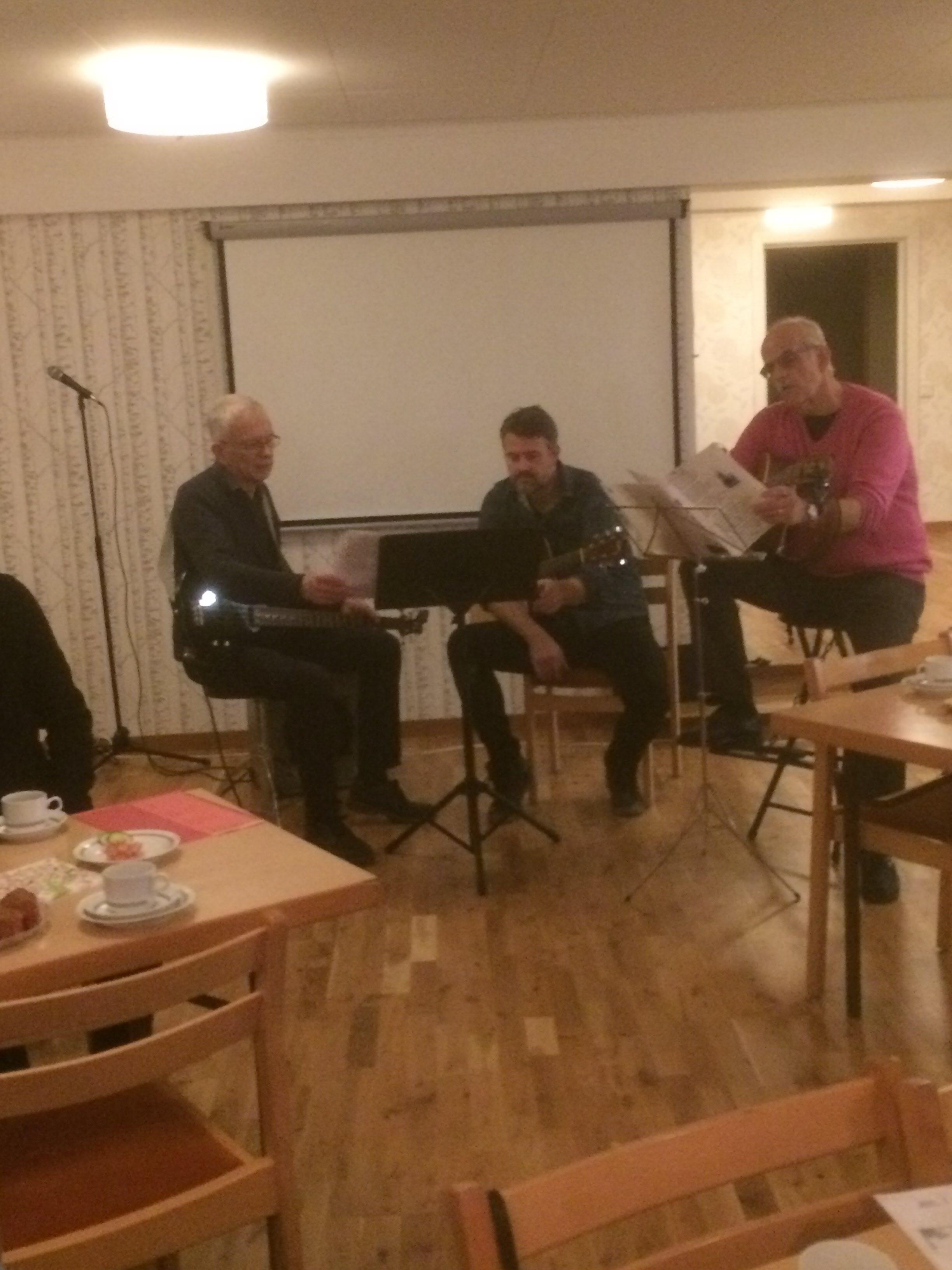 En musikalisk trio stämde upp till allsång
