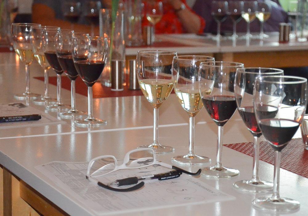 Två vita och tre röda viner provades