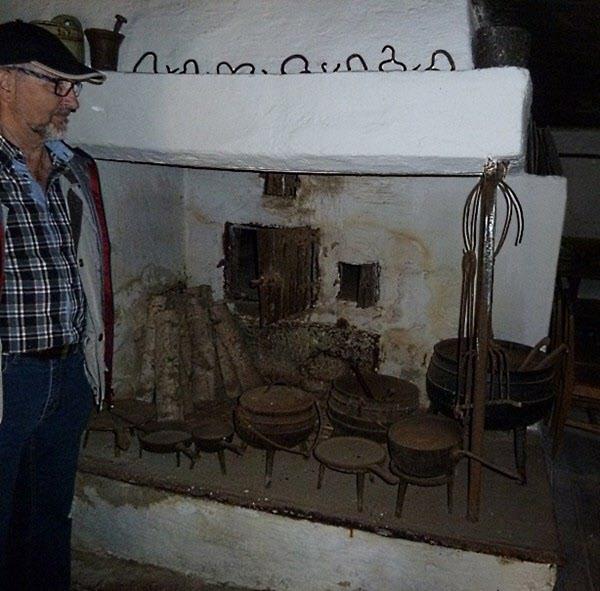 Köken låg i separata hus för brandrisken var stor. Här eldstad och ugn.