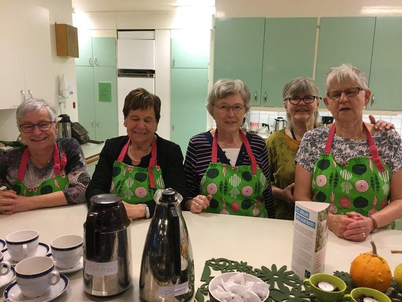 Damerna i köket förbereder allas vår ankomst.