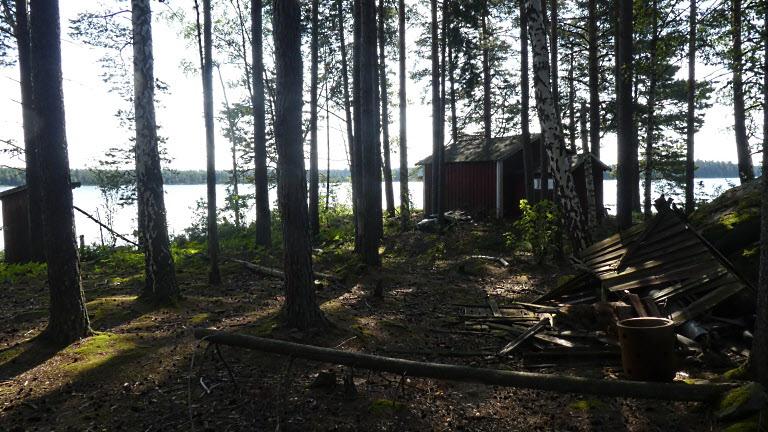 Längst ut på udden finns en övergiven liten stuga. Knappast inflyttningsbar.