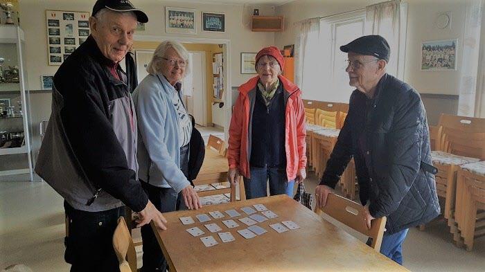 Sven-Erik, Ingrid, Birgitta och Örjan. Lottdragning om vilken bana man ska spela på.