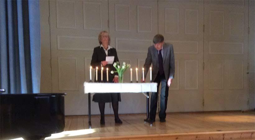 Margaretha läste och Rolf tände ett ljus för var och en av de 8 medlemmar som gått bort under 2016