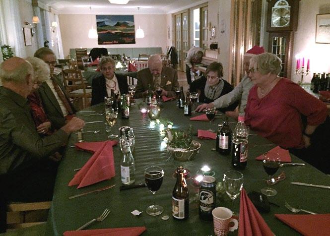 Första bordet är i väg för mathämtning, andra bordet får vackert vänta.