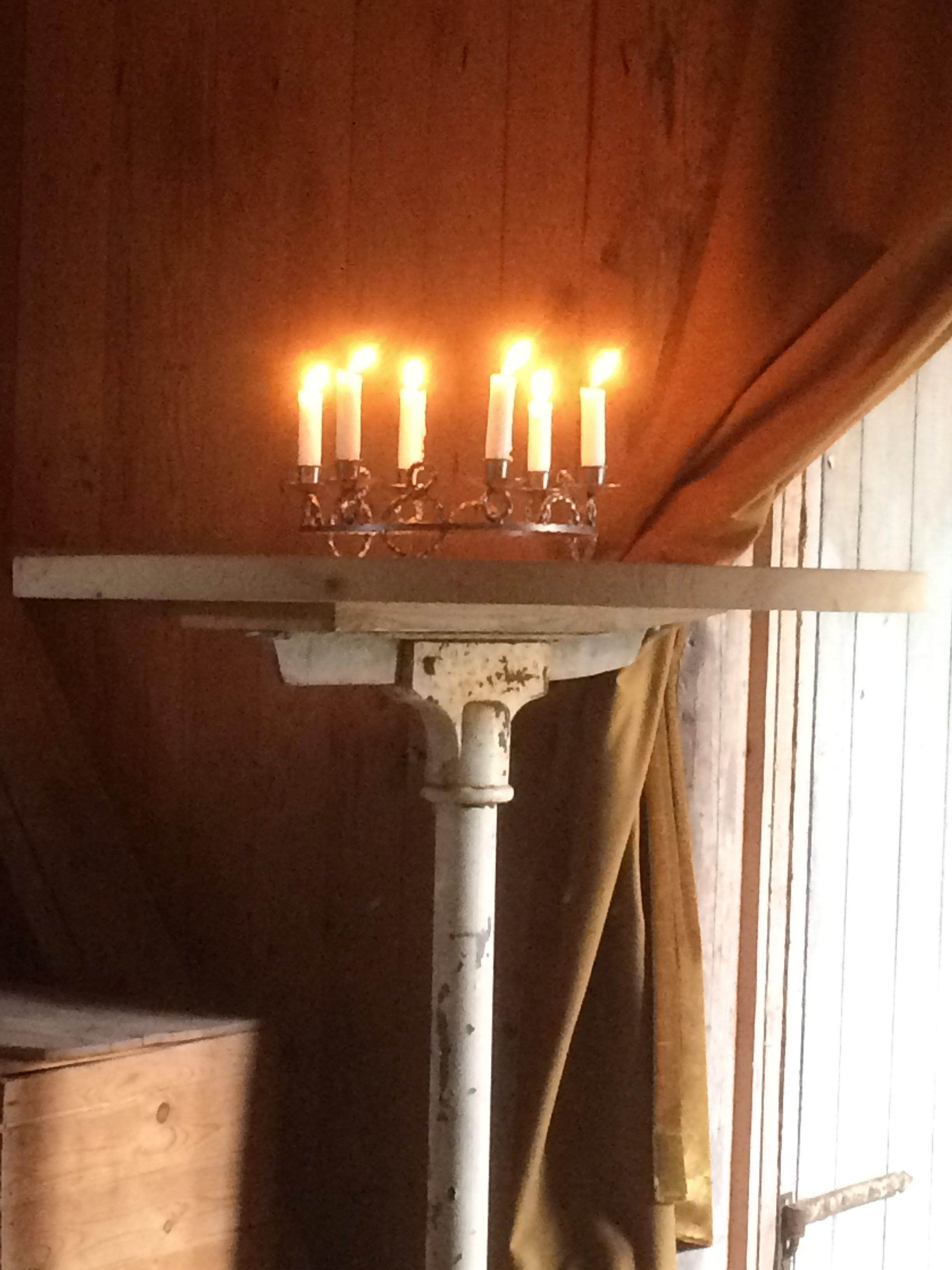 Stearinljus brann i fikadelen och lyste upp samvaron
