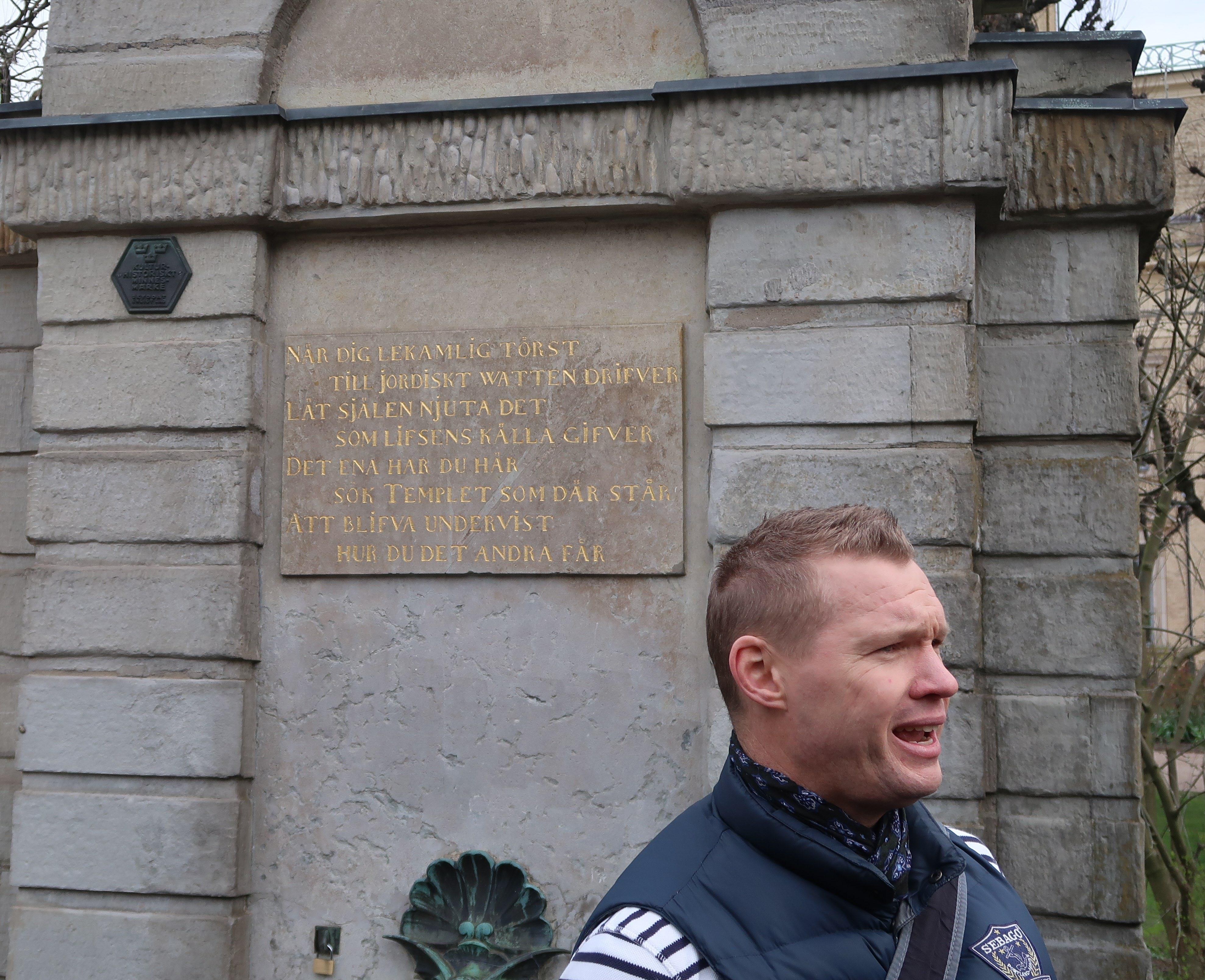 Pether Ribbefors framför vattenposten vid Domkyrkan