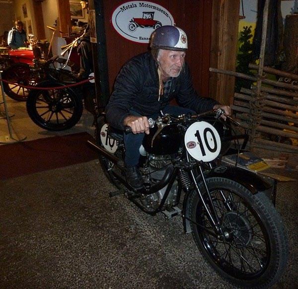 Jonny tar en fartfylld provtur på Motormuseet i Motala.