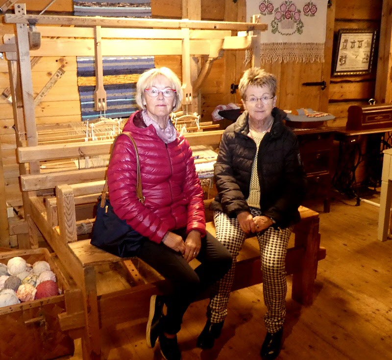 Gudrun & Anette spinner som katter på vävstolen.