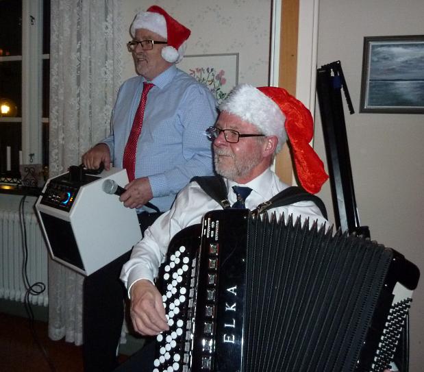 Ronny höll i både allsång och tipsfrågor, båda tema jul. Detta höjde verkligen stämningen på festen. Arne håller både högtalare och mikrofon, killar kan faktiskt gör 2 saker på en gång. En deltagare hade alla rätt, vilken fantastisk prestation!