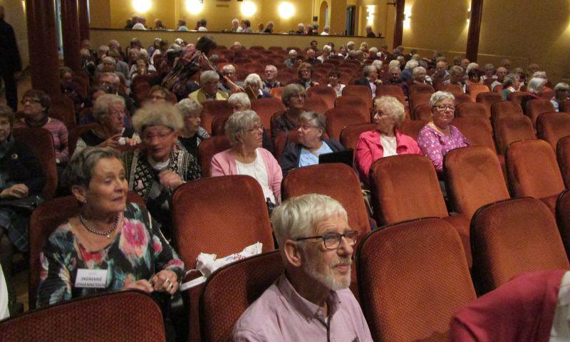 En förväntansfull publik inför månadsmötet