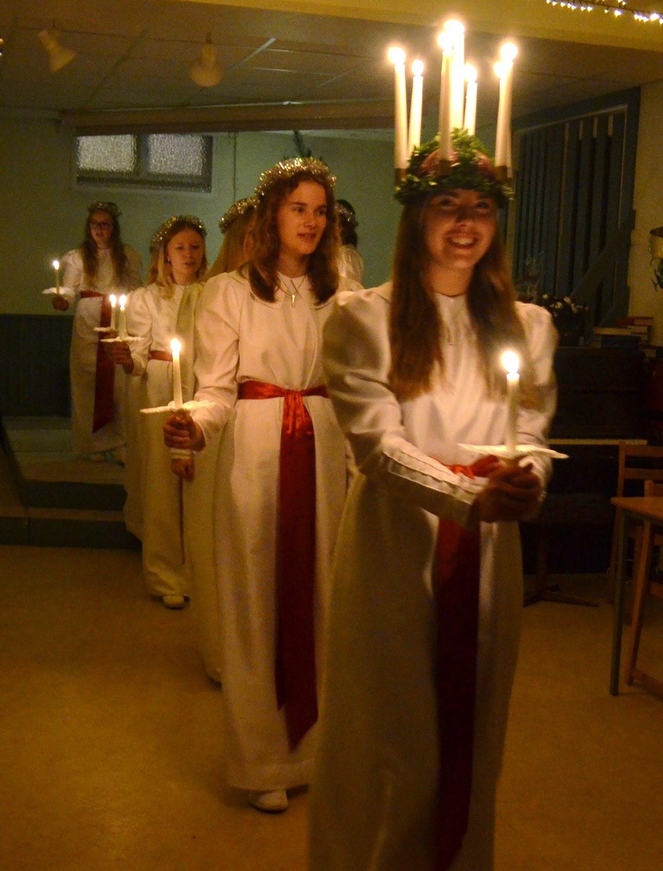 Herrljungas Lucia med tärnor bjöd Knutpunktens pensionärer på ljus och skönsång. Foto: Peter Lindblom.