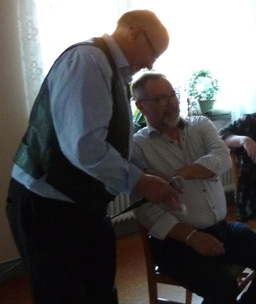 Arne håller påsen när Owe drar nästa vinnare i det stora lotteriet.