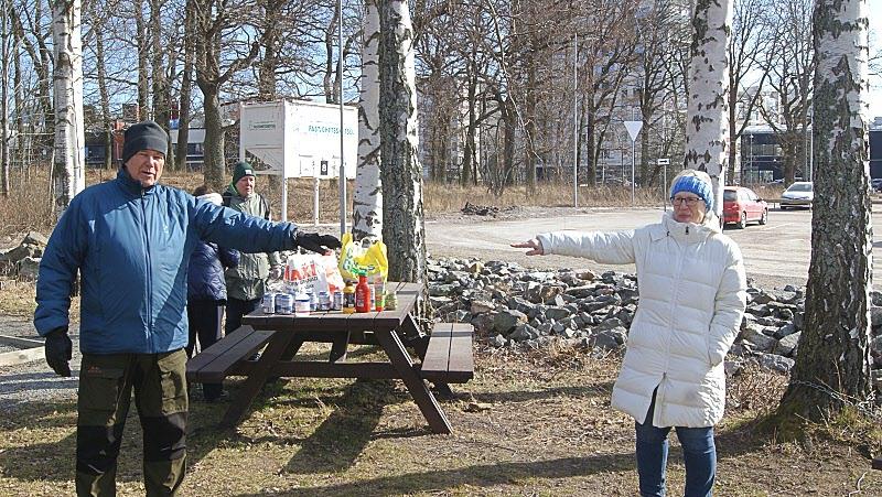 Ulla och Bertil demonstrerar vad lämpligt avstånd är