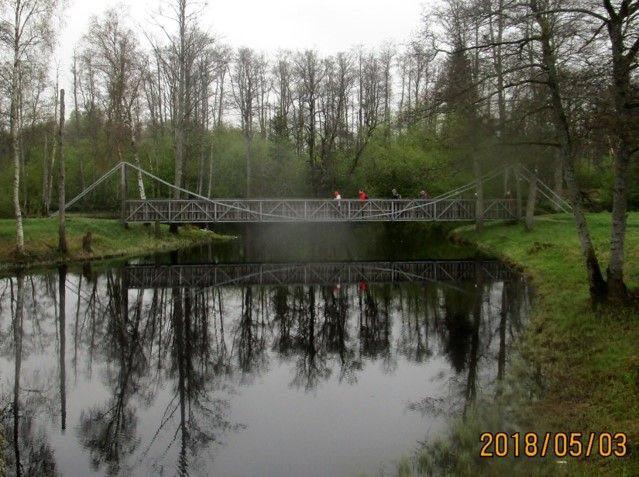 I pastoral grönska och ro, speglas i ån båd träd och bro.