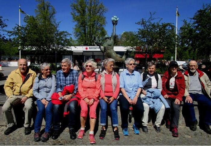 """Seniorer samlade framför fontänen """"Böljelek"""" av Conrad Carlman. Här lärde man sig kvinnans anatomi i ungdomen, sa Rolf."""