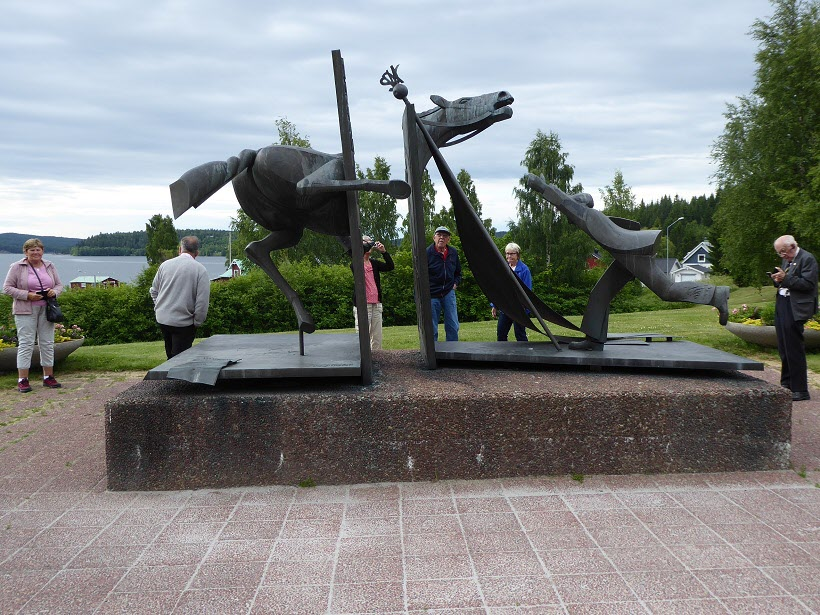 En mycket intressant information om av monumentets betydelse, till höger i bilden guiden Mattis 84 år.