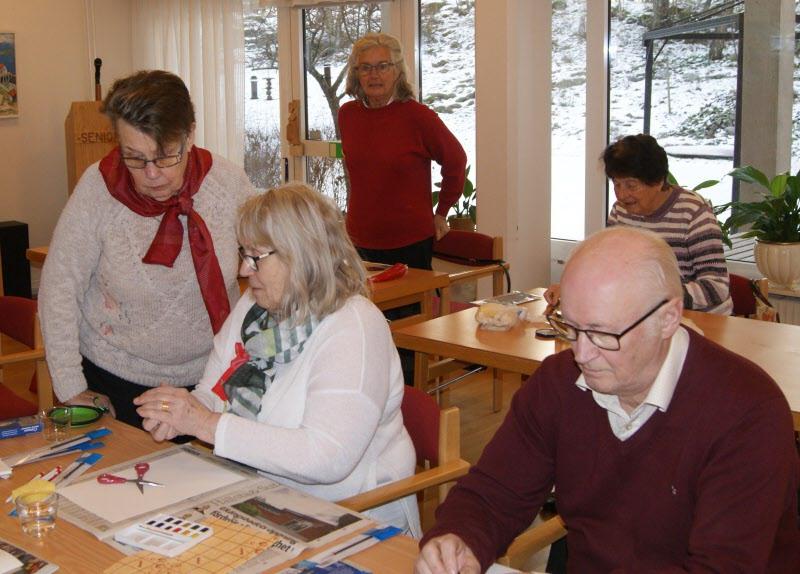 Ulla Strandberg instruerar nybörjarna